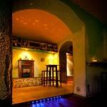 ... die Räume sind mit warmen Farben eingerichtet ...