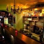 ... doch die gut ausgestattete Bar fordert einem wieder zur Aktion ...